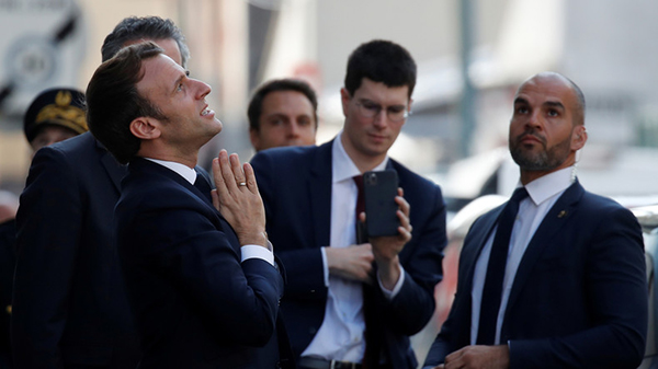 Distanciation sociale ? La visite de Macron en Seine-Saint-Denis provoque un attroupement